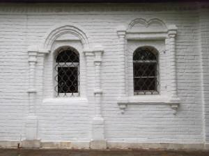 Южный фасад Успенского храма и вид на такой же упразднённый вход.