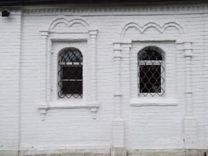 Северный фасад Успенского храма и вид на упразднённый вход, превращённый в окно.